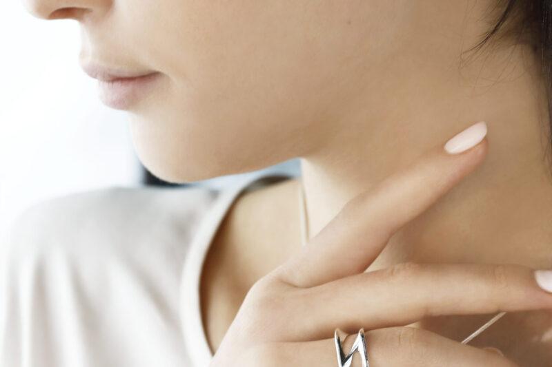 Uus kollektsioon Hertz. Modell kannab hõbedast südamekujulist ripatsit hõbeketiga ja südamekujulisi kõrvarõngaid ning hõbesõrmust.